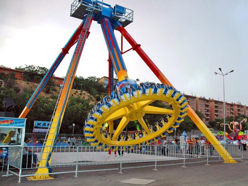 Discovery swinging pendulum ride
