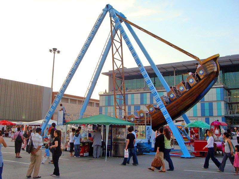 Gondol swinging pirate ship ride